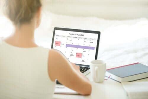 Mulher organizando seus horários