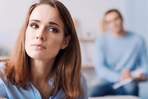 Mulher preocupada na terapia