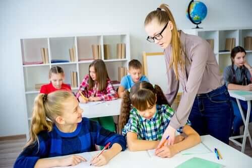 Professora orientando alunos