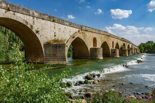 Ponte antiga sobre rio