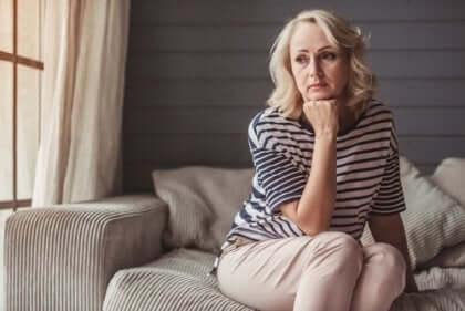 Mulher de meia idade pensativa