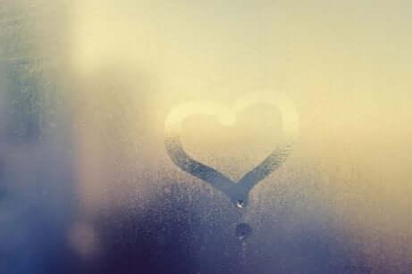 Coração desenhado em vidro embaçado