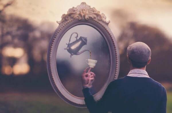 Homem tomando chá diante de espelho