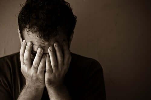 Homem sofrendo com pulsão de morte