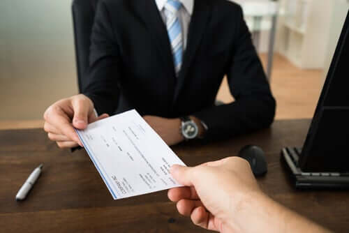 Pessoa pegando empréstimo