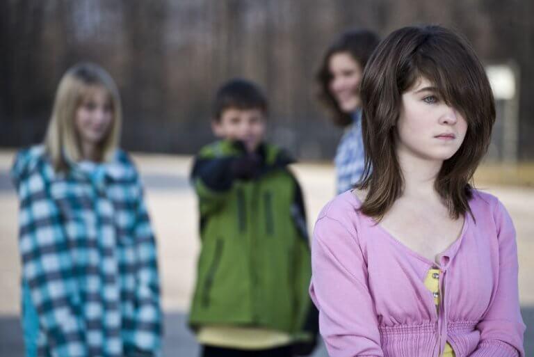 Menina sofrendo bullying na escola