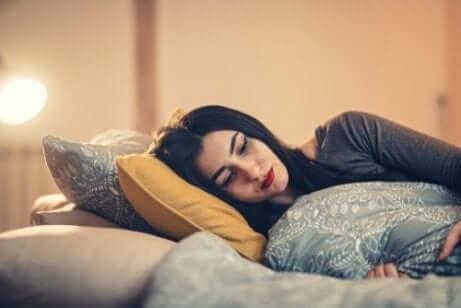 Menina deitada pensando na vida
