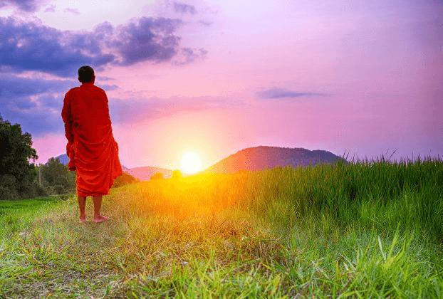 Monge budista no nascer do sol