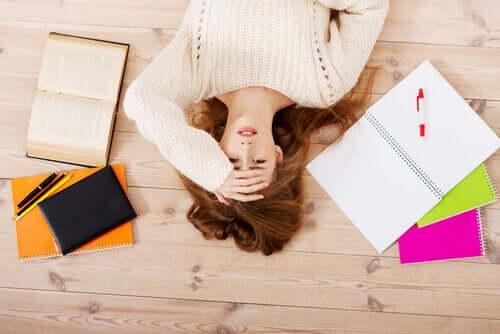 Mulher estressada deitada no chão
