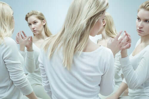 Mulher observando seus reflexos