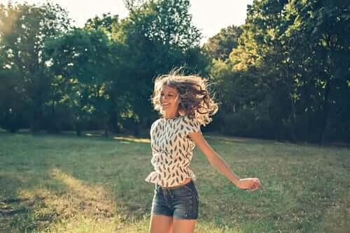 Mulher feliz ao ar livre