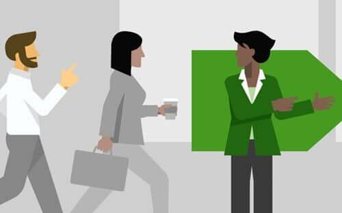Mulher orientando trabalhadores