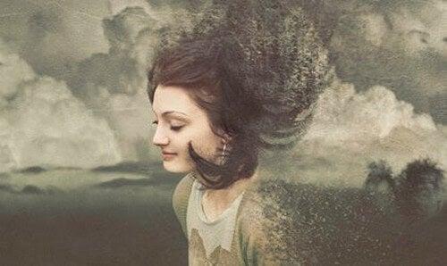 Mulher rodeada de nuvens
