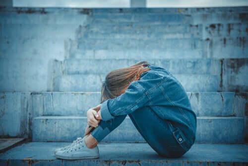 Mulher enfrentando comportamento suicida