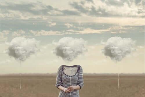 Mulher com nuvem no lugar da cabeça