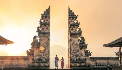 Casal em templo