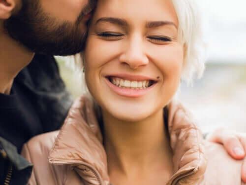 Homem beijando sua namorada