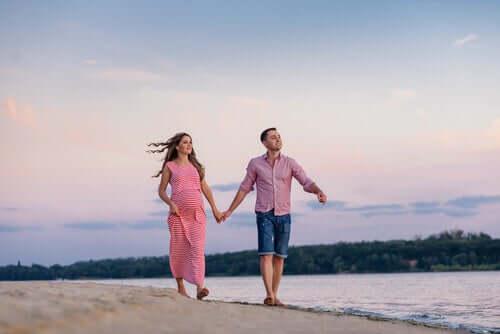 Casal caminhando pela praia
