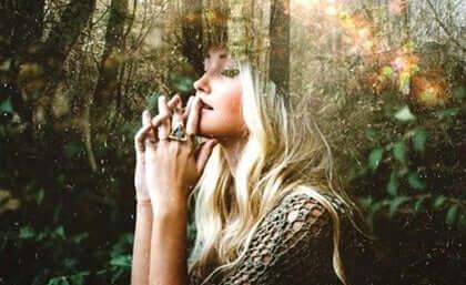 Mulher na floresta