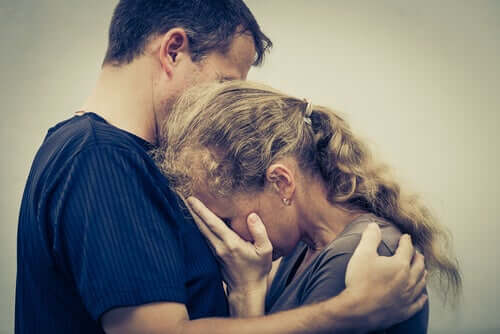 Mulher recebendo consolo