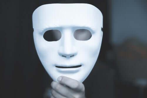 Abusador segurando máscara