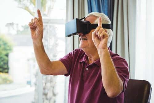 Idoso brincando com realidade virtual