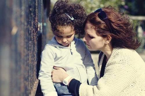 Mãe pedindo desculpas para a filha