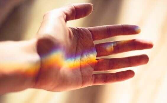 Mão com reflexo de luz