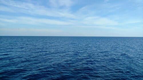 Mar aberto e céu azul