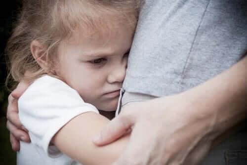 Criança sofrendo de fobia escolar