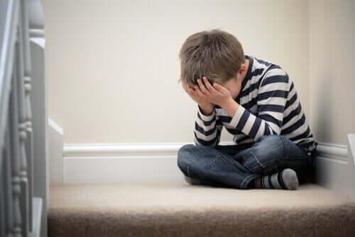 Menino chorando por fobia escolar
