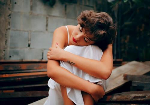 Mulher sofrendo de tristeza