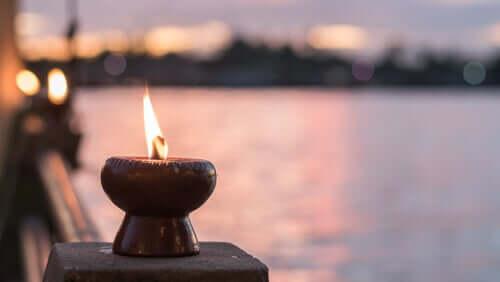 Vela queimando diante de lago