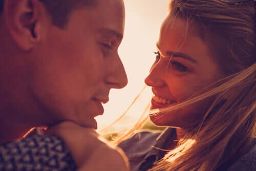 Casal apaixonado se olhando