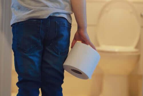 Criança indo ao banheiro