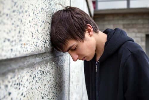 Adolescente sofrendo com insatisfação corporal
