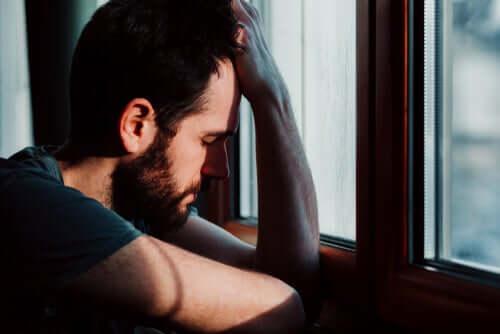 Homem com crise de ansiedade