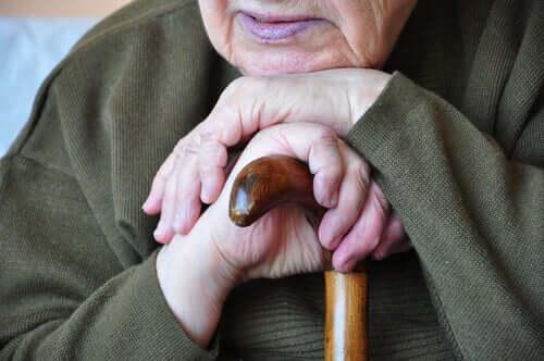 Pessoa idosa com bengala
