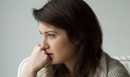 Jovem sofrendo de ansiedade