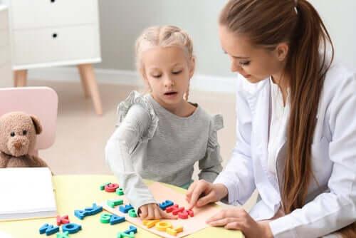 Criança aprendendo as letras