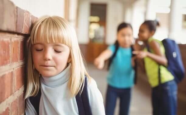 Menina sofrendo bullying