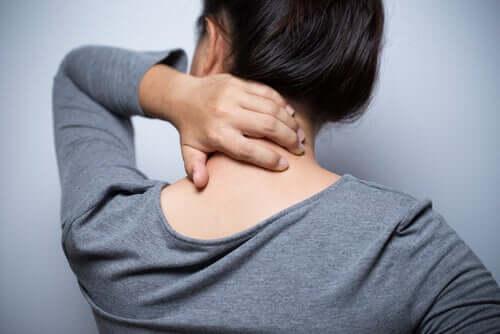 Mulher sentindo dor no pescoço