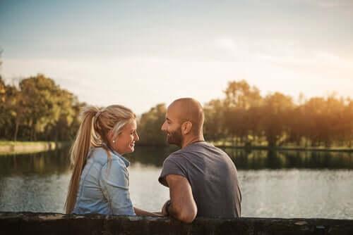Casal conversando em parque