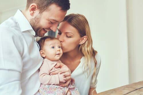 Pais curtindo seu bebê