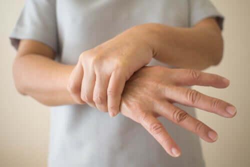 Pessoa segurando seu pulso