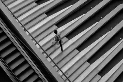 Pessoa subindo escadas sozinha