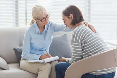 Psicóloga consolando paciente