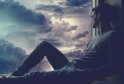 Homem observando tempestade