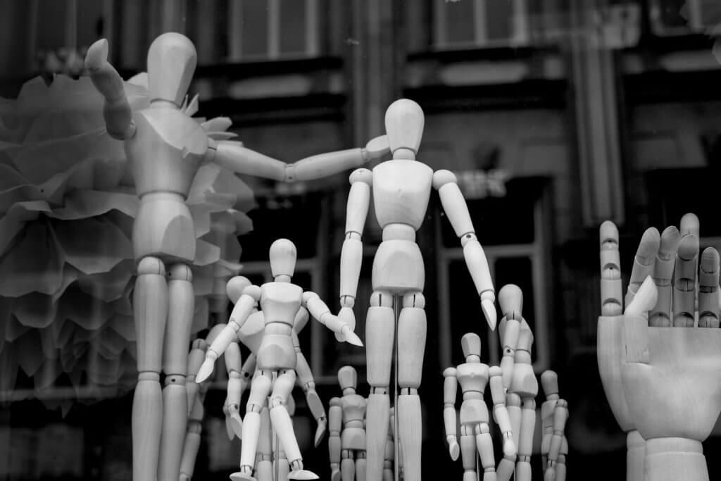 Vários bonecos de madeira