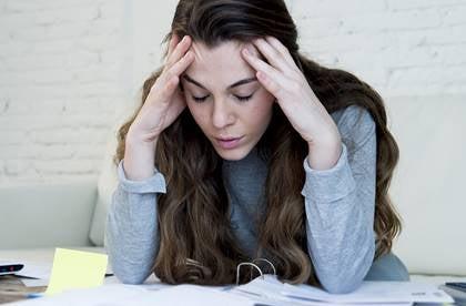 Jovem estressada no trabalho